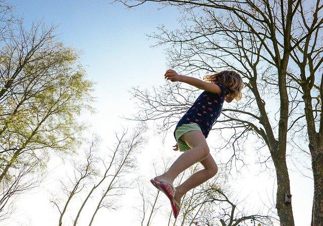 děvče, skok, stromy