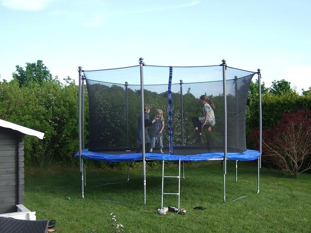 tři děti, trampolína, zahrada