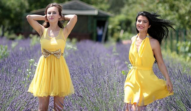 veselé žluté šaty