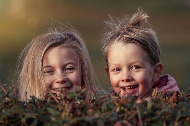 děti v trávě