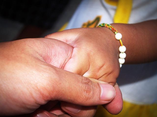 držet dítě