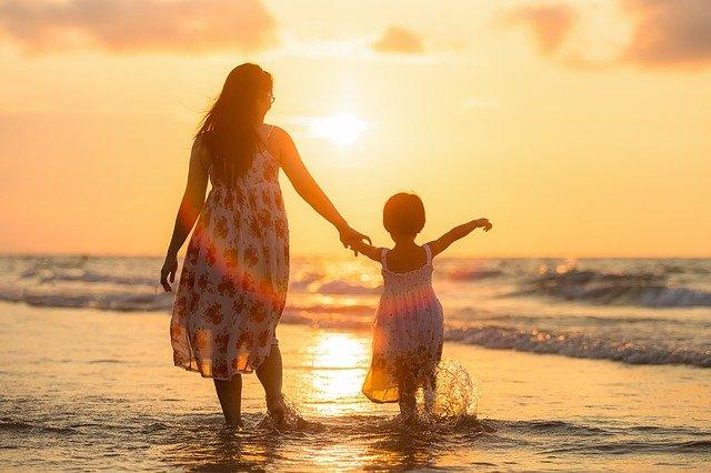 máma s dcerou na pláži.jpg