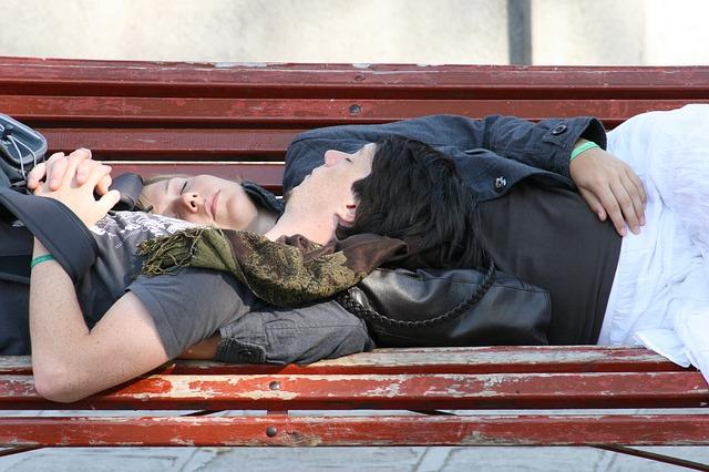 spící ženy na lavičce.jpg
