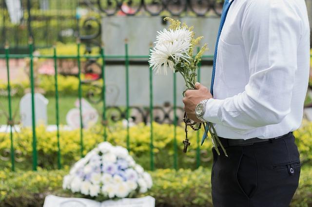 muž na pohřbu