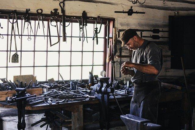 řemeslník v dílně