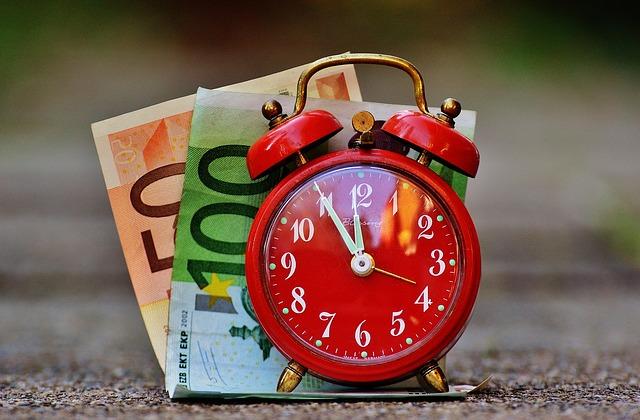 čas jsou peníze, bankovky, červený budík